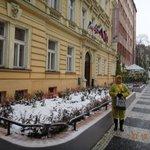 Minha esposa, na rua do hotel, em dia de neve
