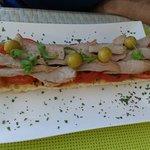 Tosta de ventresca y tomate del beach club
