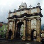este arco, marco histórico da cidade, fica à esquerda da saída do hotel, a aproximadamente 50 me