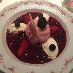 Rote Grütze mit Joghurtkirscheis und Topfenschaum