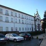 fachada do hotel e estacionamento