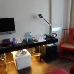 Área de escritorio. Nótese el tamaño muy pequeño del televisor