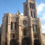 Fachada principal de la catedral de Saint Denis.
