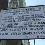 Cartellone che annuncia l'ingresso nel settore americano