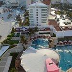Vista da varanda do quarto e as piscinas do hotel