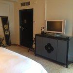 TV, miroir et vue sur l'entrée de chambre