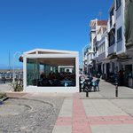 paseo del porto con la fila dei ristoranti