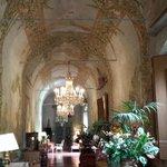 l'entrée majestueuse aux fresques