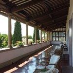 la superbe terrasse aux colonnes