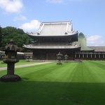緑の芝生に荘厳な寺院が映えます