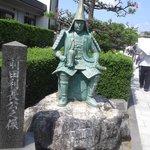 瑞龍寺の手前にある前田利常公の像