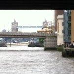 Vista sul fiume sdai tavoli all'aperto