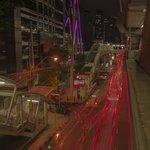 Foto genomen vanuit skytrain station, paarse lampen linksboven die van hotel