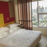 Hotelkamer, bed en uitzicht