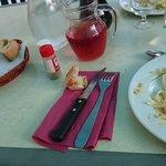 Diner en terrasse sans aucune nappe