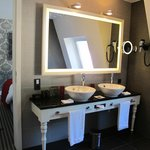Chateau Suite: Bathroom
