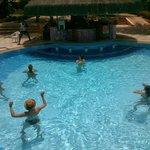 Clase de gimnasia acuática en la piscina