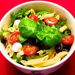 Großer Salat mit Pasta