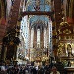 La navata centrale. Da notare il soffitto dipinto a cielo stellato.