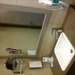 De andere kant vd badkamer de wastafel