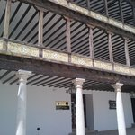 particolare dei balconi che si affacciano sulla piazza