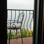 На балконе.