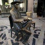 Estátua do poeta e escritor português Fernando Pessoa, em frente ao café A Brasileira, Chiado.