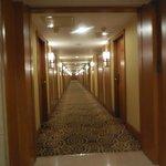 uno de los pasillos del hotel