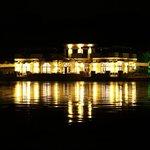ristorante visto dal parco la sera
