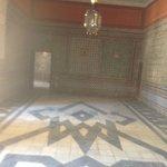 Sala com azulejos e estuque