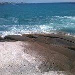 Утес у пляжа. При волнении к воде не ПОДХОДИТЬ!