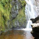 Parte bassa della cascata dietro le grandi rocce.