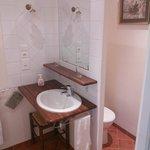 Salle de bain avec douche et toilettes