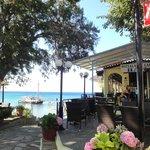 Restaurant mit Ausflugsschiff