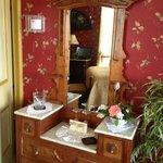 Victorian Dresser in room10