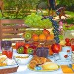 Particolare colazione in giardino