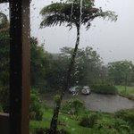 A vista interna do quarto em um lindo dia de chuva