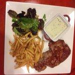 L'entrecote charolaise sauce rocquefort et frites maison.