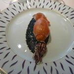 Calamar farci de risotto a la tomate,sauce sesame noir et sepia de calamar, parfume au Shichimi