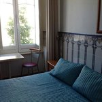 Chambre avec petite table près de la fenêtre
