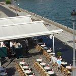 vista desde el puente alexander lll divisandos los cafes