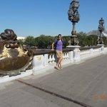 yo en el puente contemplando los increibles faroles y esculturas