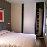 Habitación individual con armario y cama doble