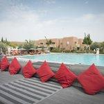 Vue depuis le bar sur la piscine... quelques parasols ne seraient pas du luxe!
