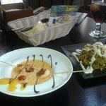 Salmorejo de mango con langostinos yakitori y paella de la casa