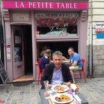 kleine tafeltjes op straat maar ook binnen is het gezellig.