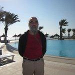 la piscine face à la mer avec un bar très sympa. Bonjour Mohamed et C°