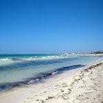 La plage et la mer magnifiquement bleue §