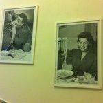 Alcune foto poste sulla parete.