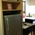 大きめの冷蔵庫と電子レンジ
